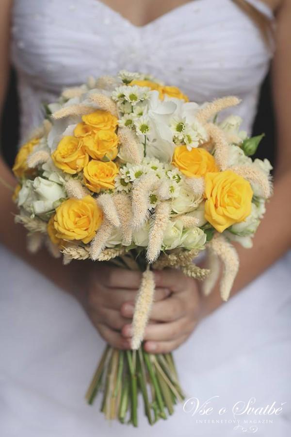 zluto-prirodni-svatebni-kytice-jako-prave-natrhana-na-louce-z-lucniho-kviti