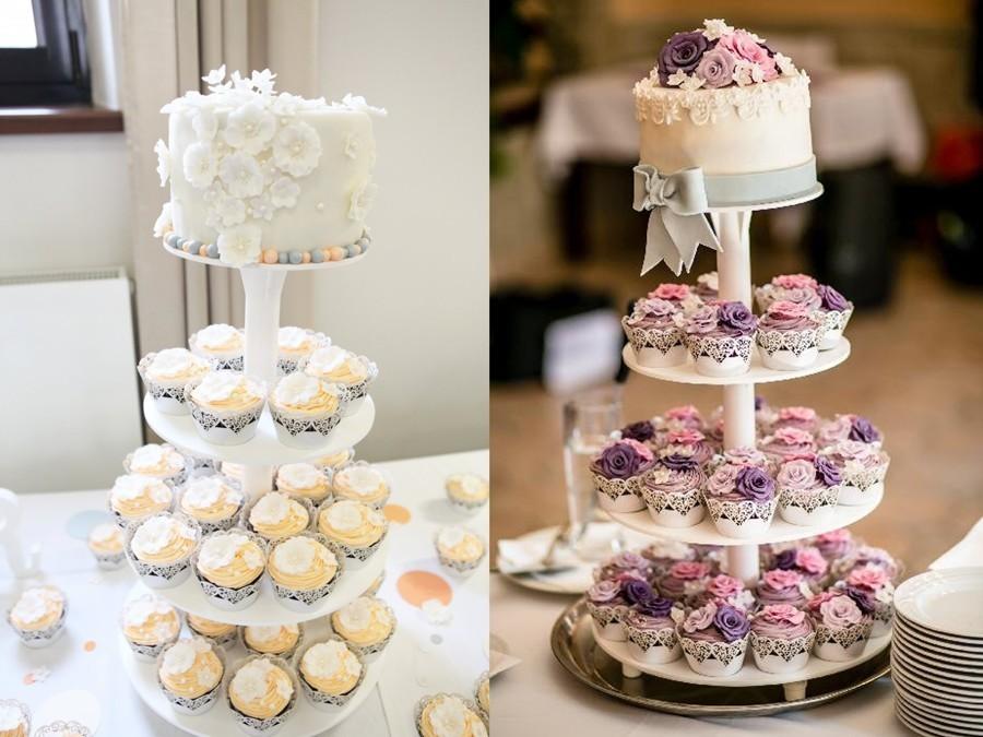 Malý dort na nakrojení v kombinaci s cupcakey.