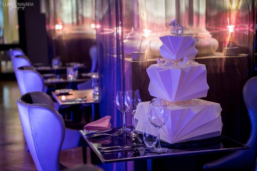 Bílý futuristický svatební dort.