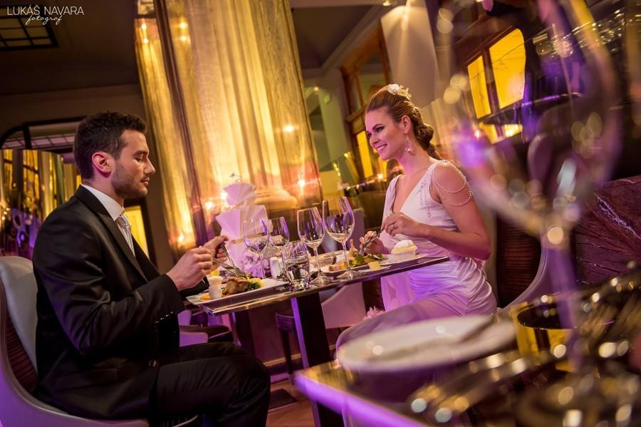 Svatební hostina v krásném prostředí futuristické restaurace