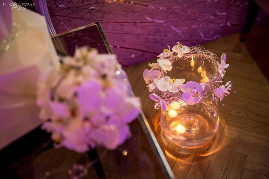 Svatební dekorace z bílých orchidejí.
