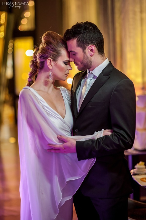 Splývavé svatební šaty s jedním širokým rukávem