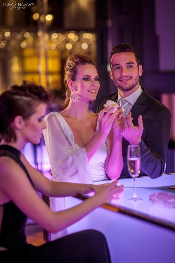 Nevěsta i ženich a ultra moderní svatba v Praze