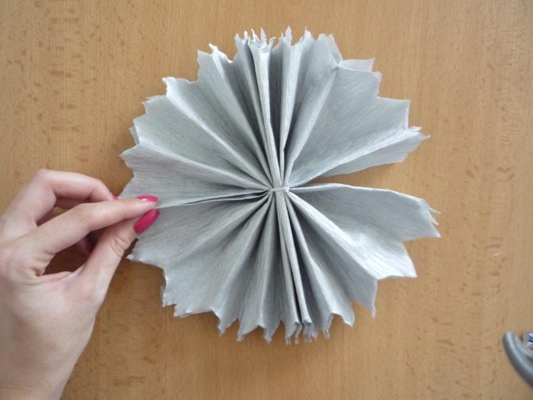 Svatební dekorační koule z papíru vyrobené doma.