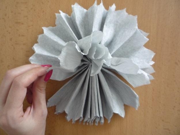 Výroba papírových koulí na svatební hostinu