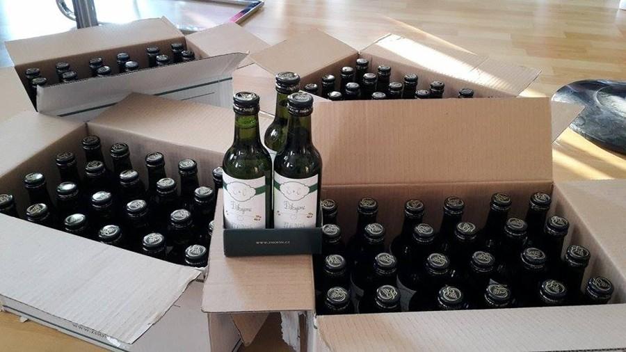 Mini vína pro svatebčany s vaším monogramem. Vyberte vaši oblíbenou odrůdu a rozšiřte hostům obzory :)
