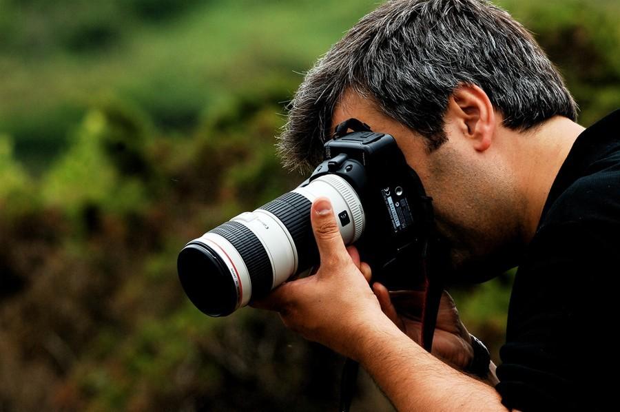 Profi fotograf netlachá s příbuznými, ale neustále hledá famózní záběry.