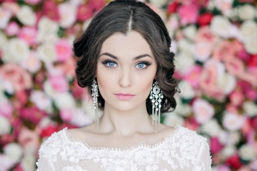 Krásná tmavovlasá nevěsta s nízkým drdolem.
