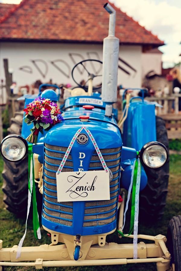na-foceni-byl-k-dispozici-i-traktor-na-misto-svatebniho-auta
