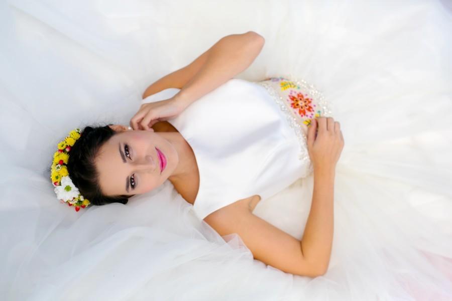 nevesta-bara-mela-krasne-svatebni-saty-a-vysivany-folklorni-pasek
