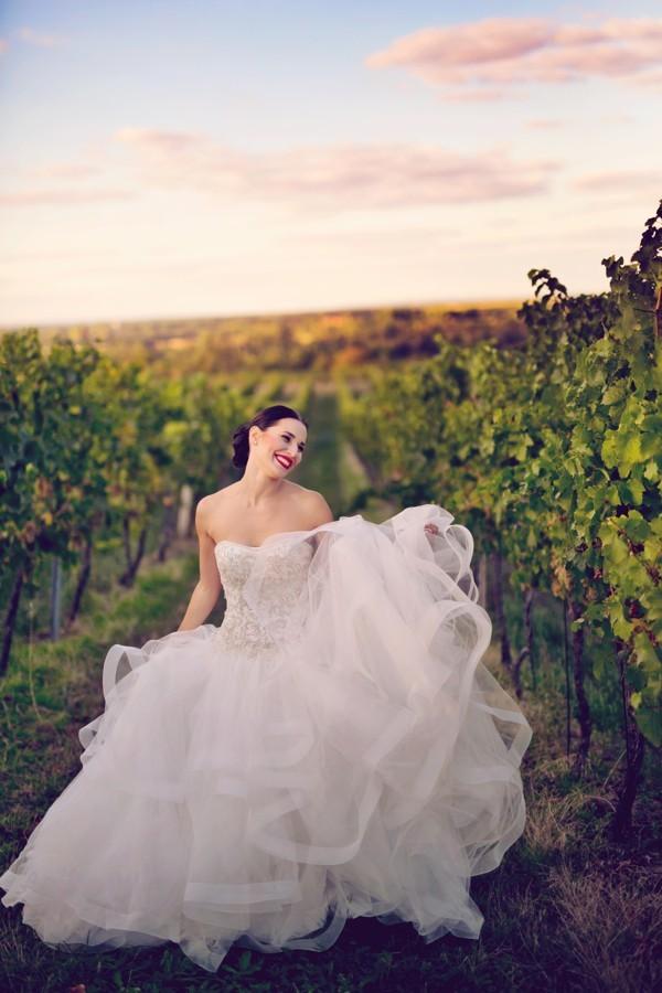 nevesta-v-krasnych-svatebnich-satech-mezi-vinohrady