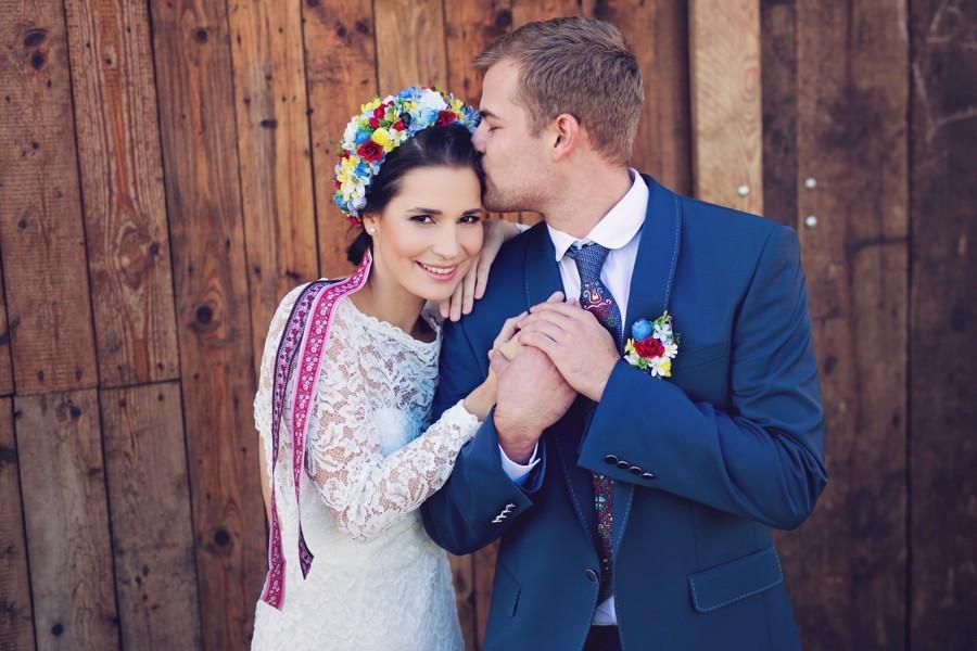 portret-novomanzelu-v-modrem-obleku-a-svatebnich-satech