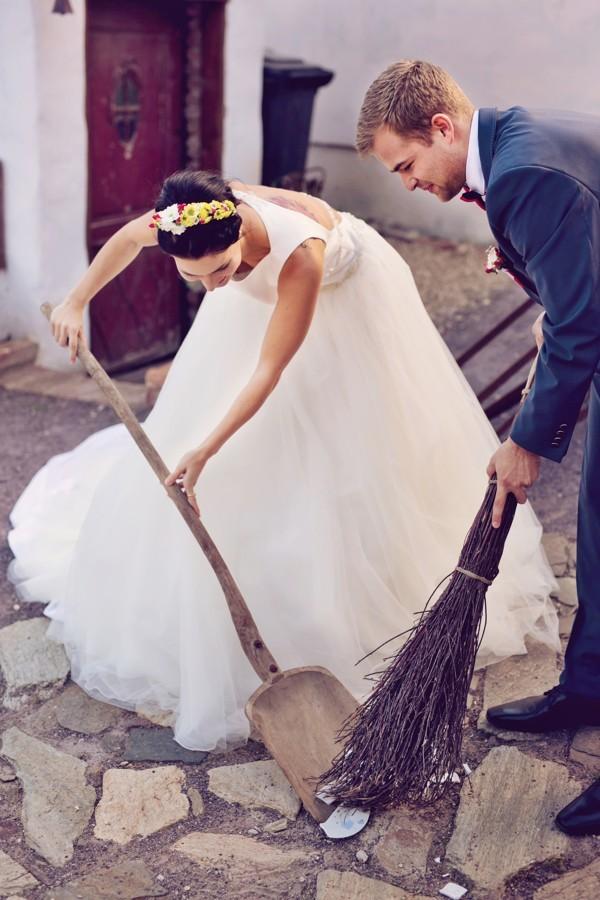 rozbijeni-talire-je-tradicni-svatebni-zvyk