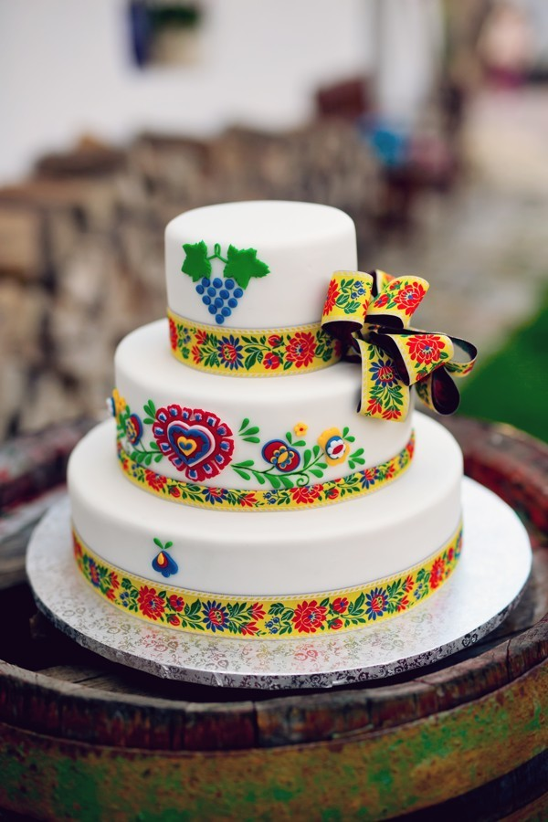 svatebni-dort-na-tradicni-vesnickou-svatbu-s-folklornimi-motivy