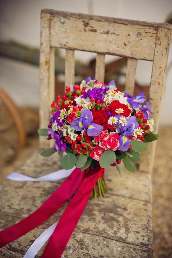 svatebni-kytice-je-tvorena-kombinaci-rudych-ruzi-a-lucniho-kviti