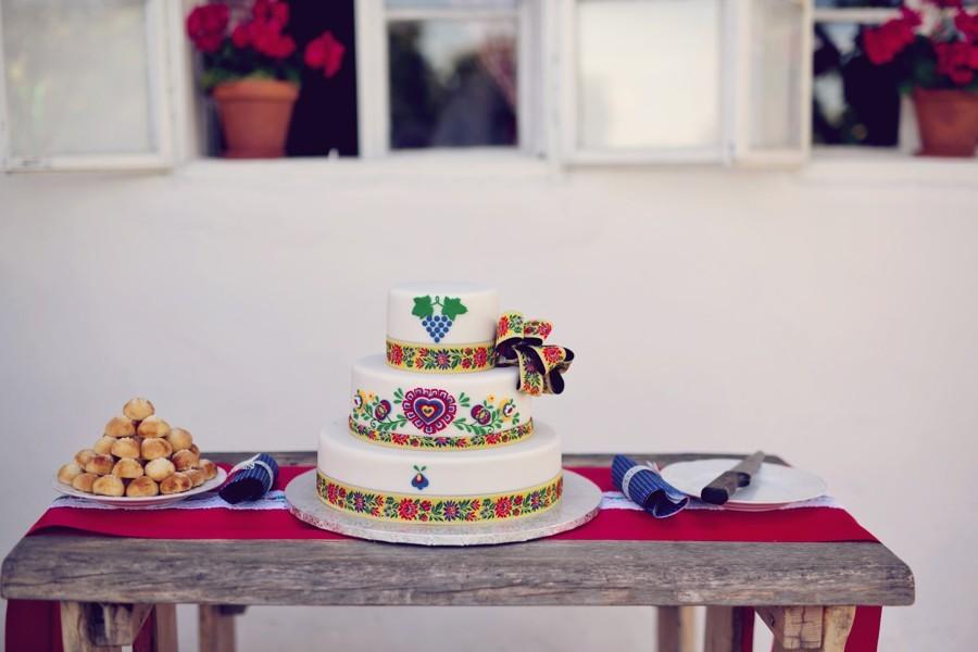 svatebni-stul-se-svatebnim-dortem