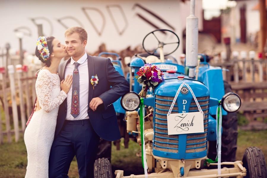 traktor-byl-stylovy-doplnek-folklorniho-foceni