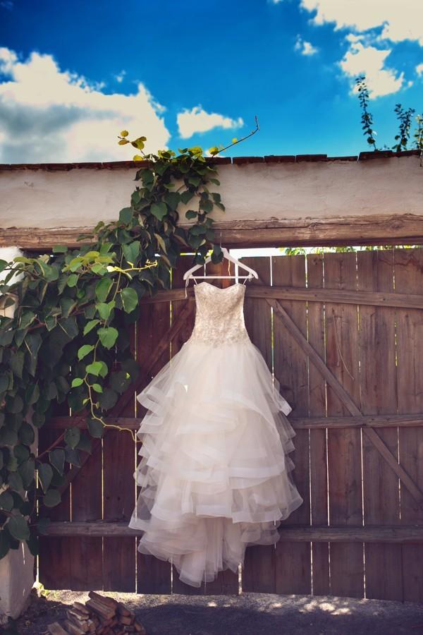 vysivane-svatebni-saty-se-hodi-i-na-svatbu-na-vinici