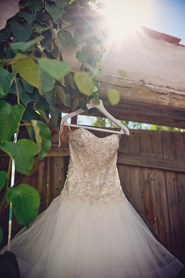 zdobene-svatebni-saty-s-vrstvenou-tylovou-sukni