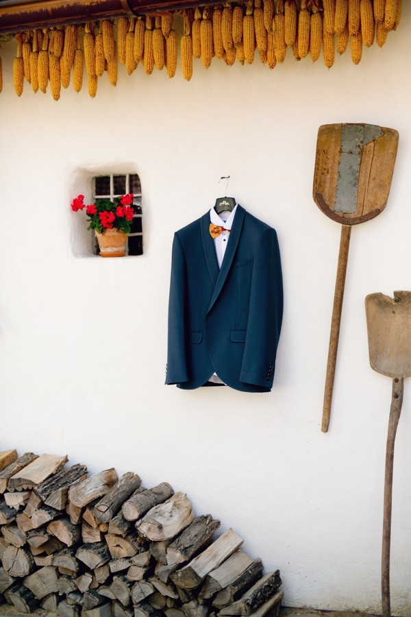 zenich-na-folklorni-foceni-oblekl-namornicky-modry-svatebni-oblek