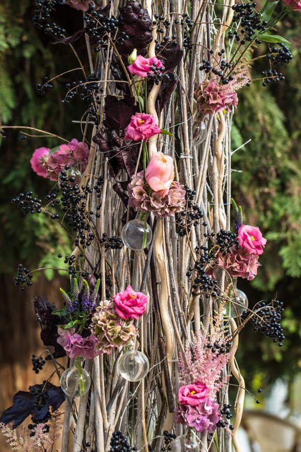 proutena-slavobrana-se-sklenenymi-bankami-a-kvetinami