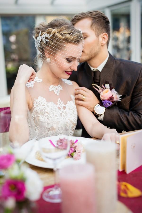 romanticky-moment-u-svatebniho-stolu