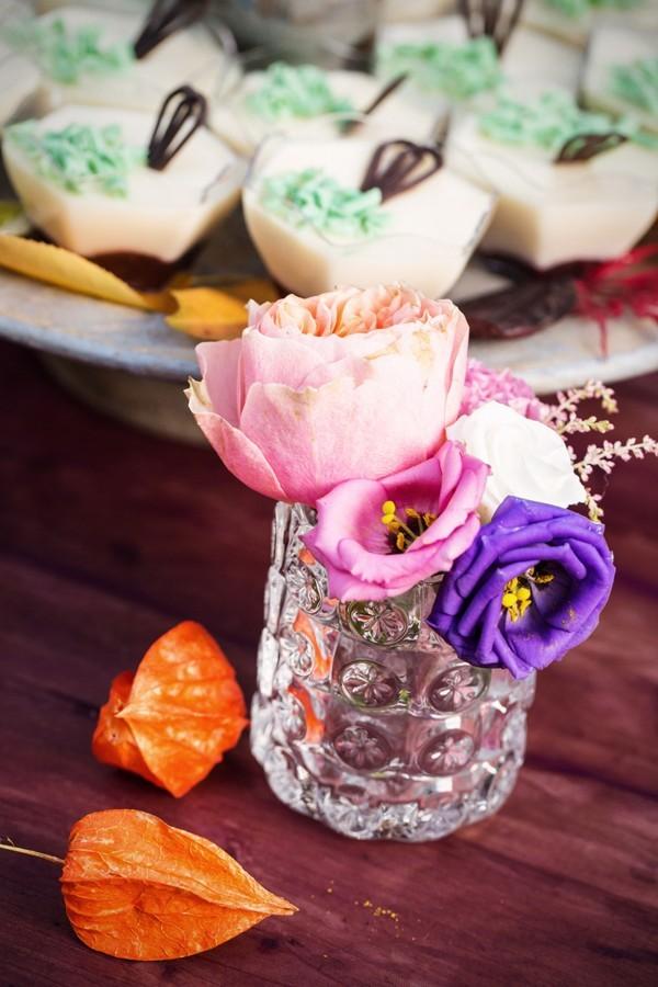 sklenena-vazicka-s-malymi-kvety