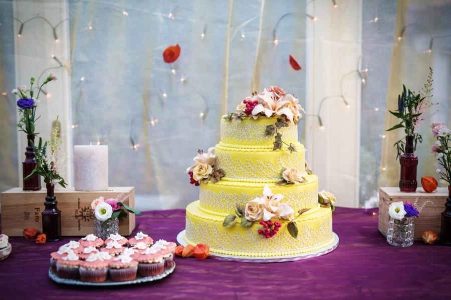 svatebni-hostina-se-sweet-barem-a-svatebnim-dortem