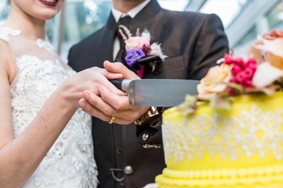 svatebni-zvyk-u-krajeni-dortu