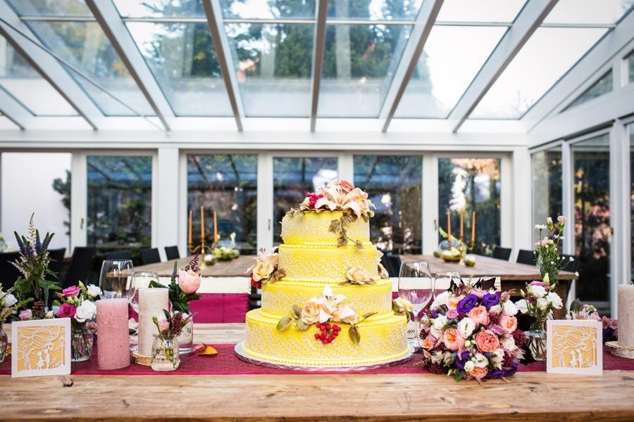 zluty-svatebni-dort-s-krajkou-a-jedlymi-liliemi