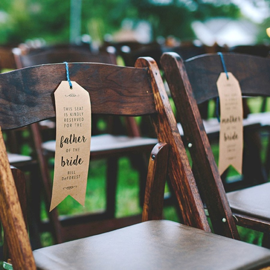 Rezervační cedulky http://somethingturquoise.com/2015/11/10/diy-wedding-ceremony-chair-reserved-signs/