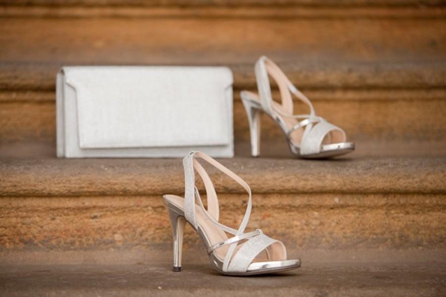 zlate-detaily-na-svatebni-obuvi-prave-leti