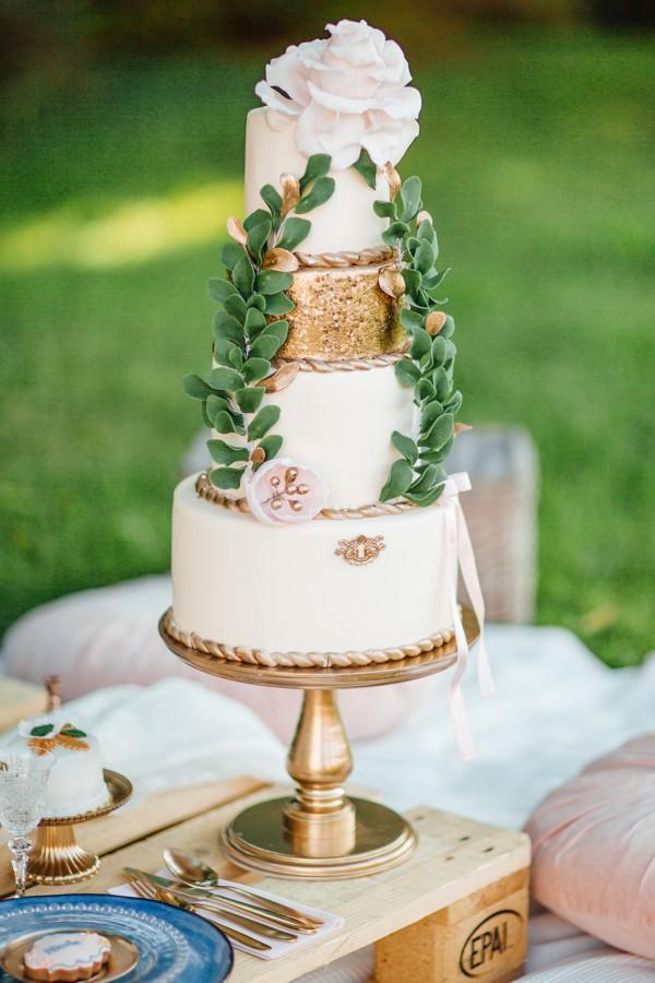 krasny-tripatrovy-svatebni-dort-v-bilo-ruzove-kombinaci