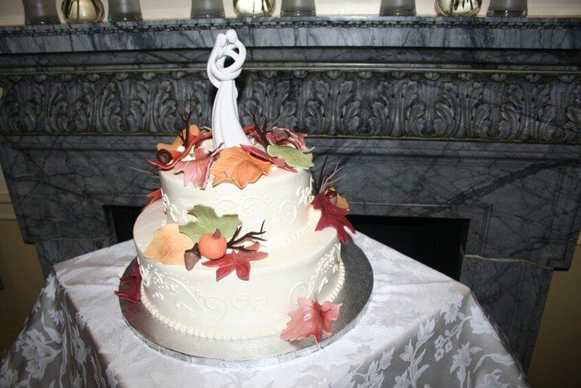 Svatební dort s dýněmi a listy na podziní svatbu.
