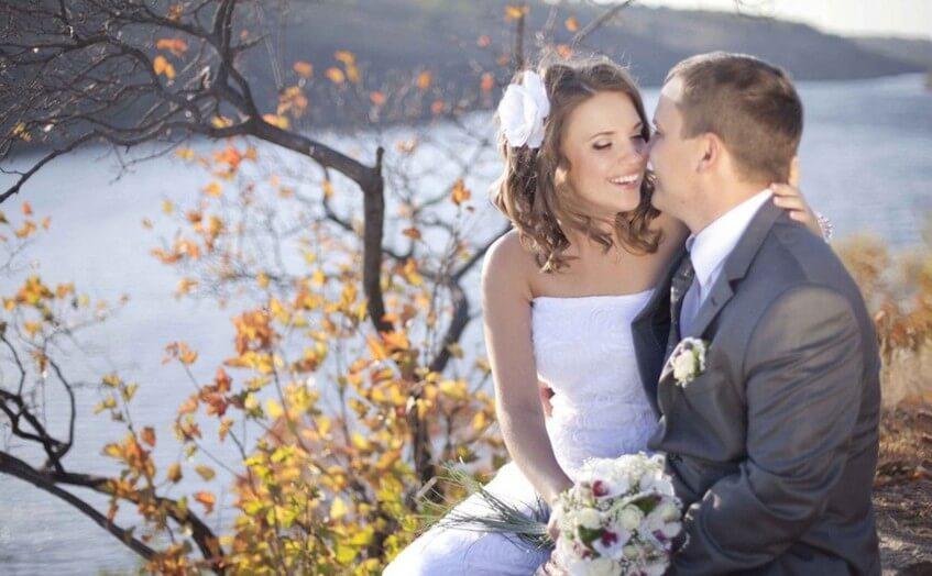 Svatební fotografie v podzimní přírodě.