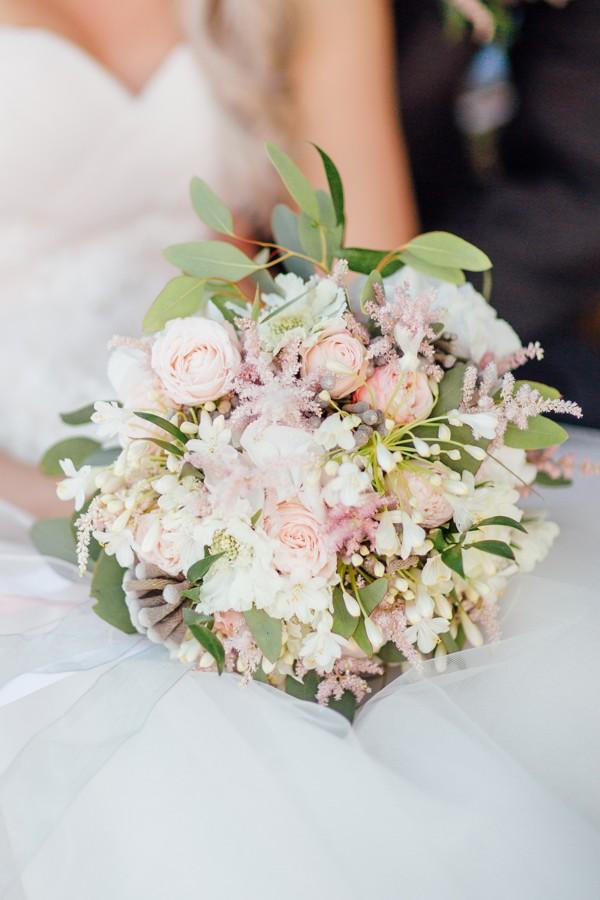svatebni-kytice-z-drobnych-svetle-ruzovych-kvetin