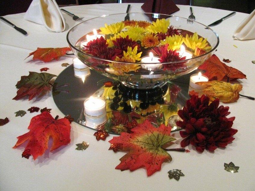 Svíčky a chryzantémy jsou ideální dekorací na podzimní svatební hostinu.