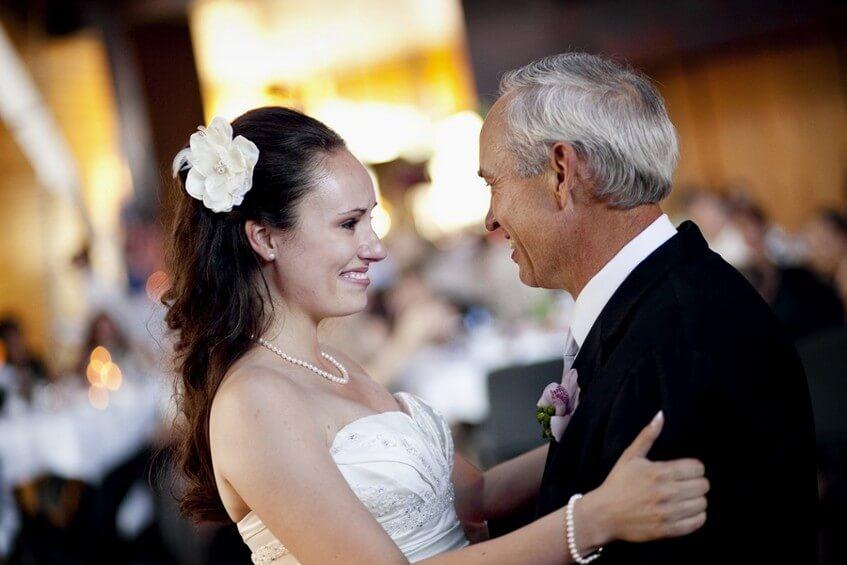 Vyberte si sentimentální, ale neromantickou písničku pro svůj tanec s rodiči.
