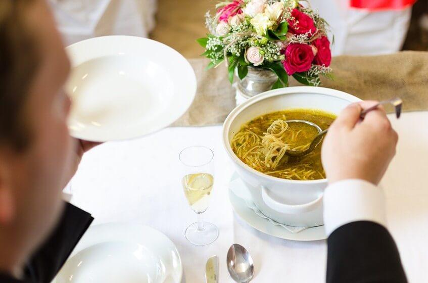 Pohostěte hosty dobrým svatebním menu.