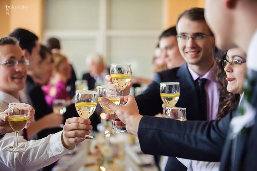 Posaďte hosty, kteří si budou rozumět k jednomu stolu.