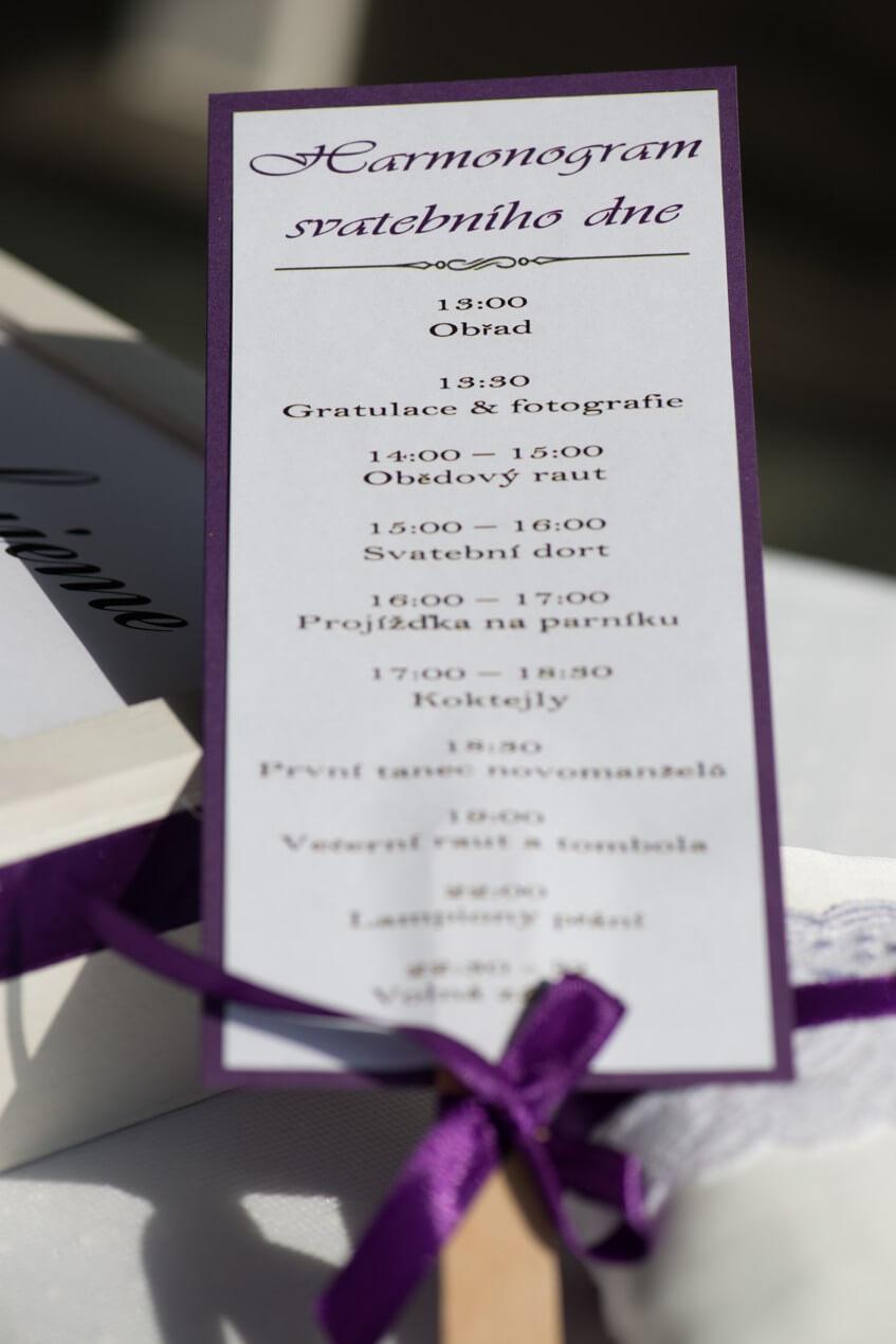 Vytvořte harmonogram svatebního dne, ať se hosté orientují, co bude následovat.