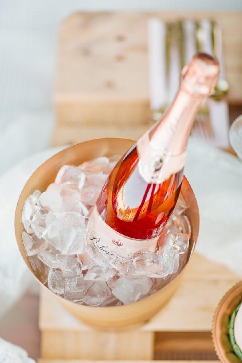 Za alkohol na svatbě by hosté platit neměli.