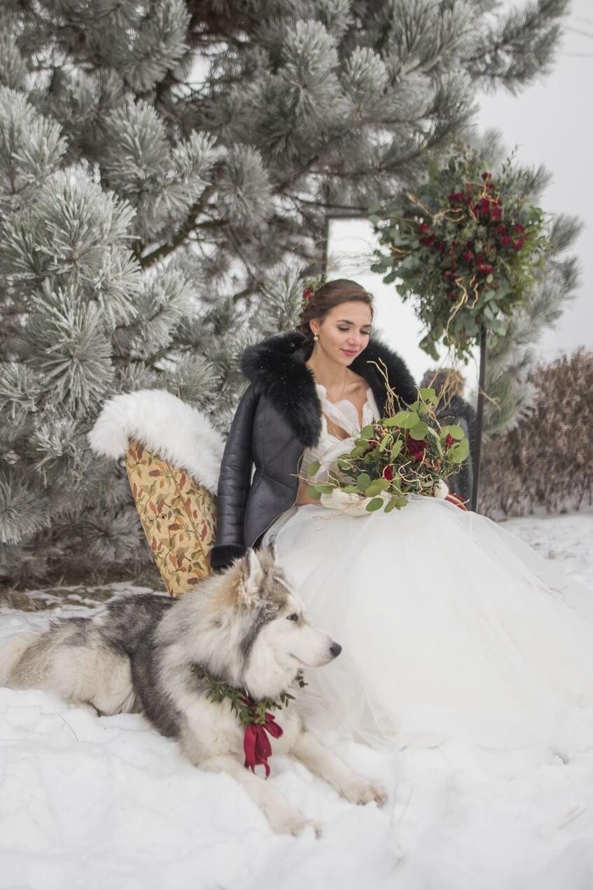 Svatební focení nevěsty na křesle v zimě.