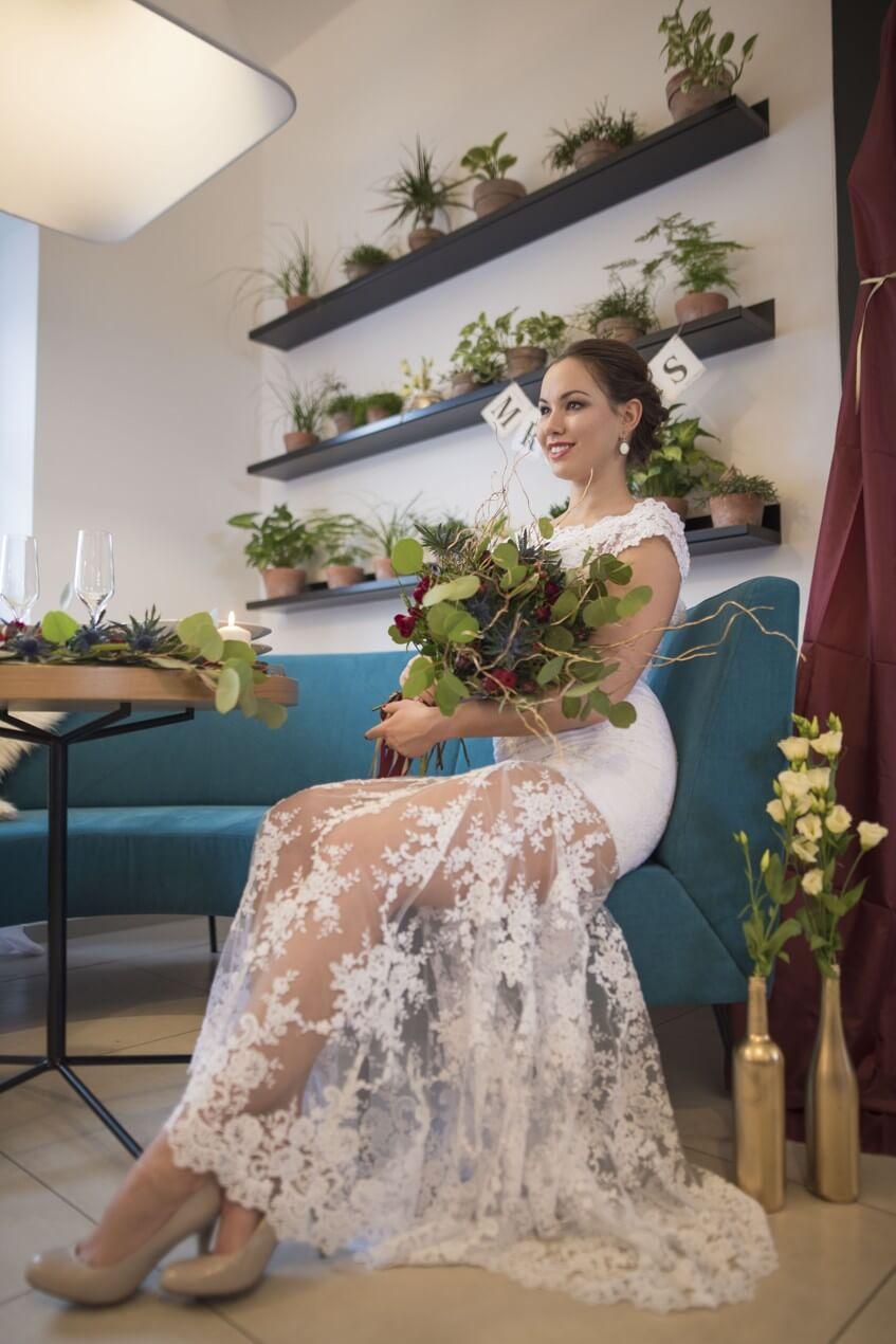 Nevěsta s poloprůhlednou sukní na svatebních šatech.