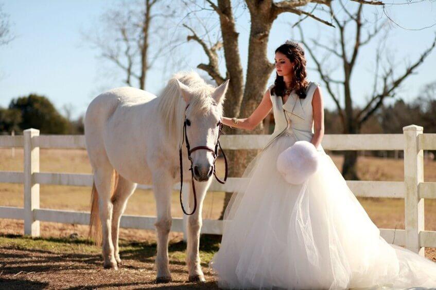 Není nic romantičtějšího než nevěsta na koni.