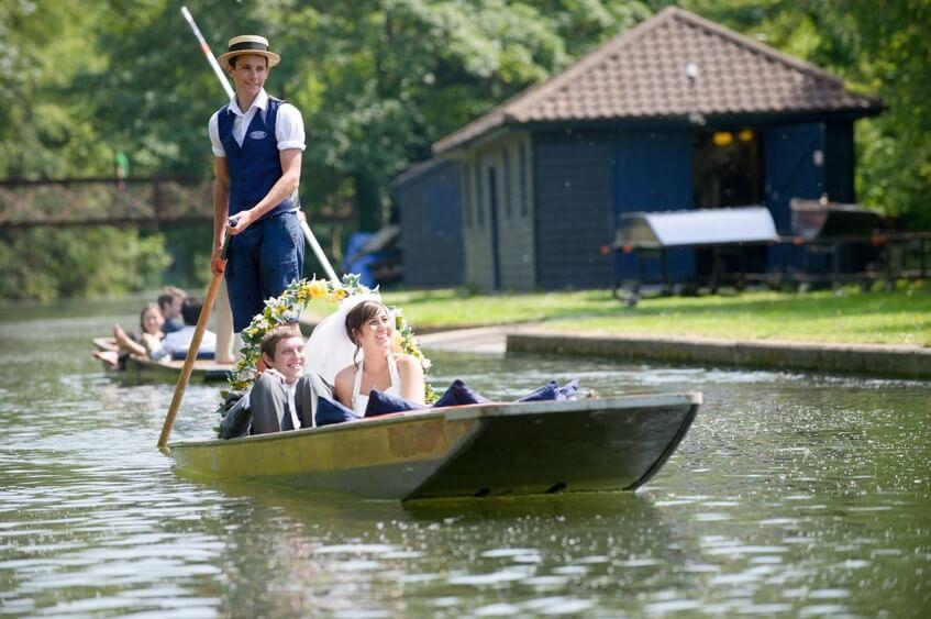 Z příjezdu na loďce budete mít krásné svatební fotografie.