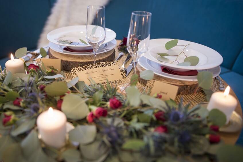 Prostřený stůl pro svatební hostinu.
