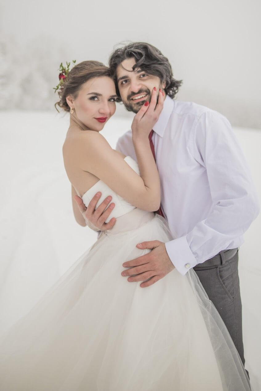 Portrét ženicha a nevěsty na zimní svatbě.