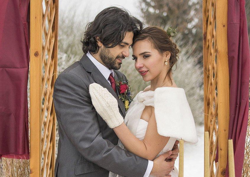 Svatební šaty s kožešinou a vlněnými rukavicemi.