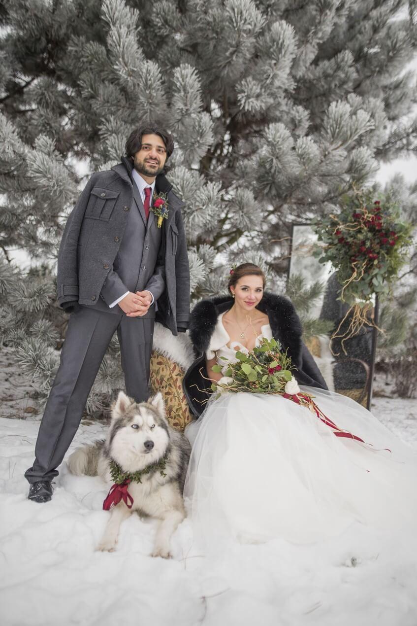 Svatební focení ženicha a nevěsty uprostřed zamrzlé zahrady.